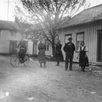 Ved E.O. Fossums butikk på 1920–30-tallet. Fotoeier: Siv H. Didrichsen. (ÅMH 006-0020)