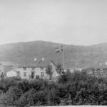 Fossing vestre ca. 1890. I forgrunnen E.O. Fossums bolig og første butikk. Fotoeier: Siv H. Didrichsen. (ÅMH 006-0051)