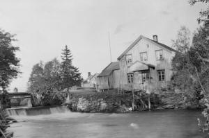 Åsen meieri, trolig i tida 1927–37. Fotoeier: Åsen Museum og Historielag (001-0228).
