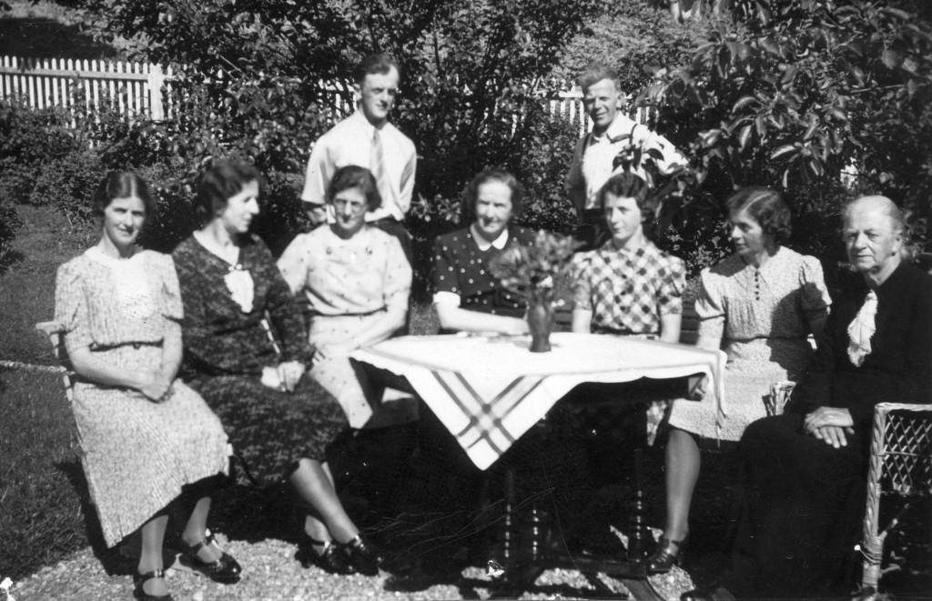 Hansine Lund med åtte barn. Fotoeier: Åsen Museum og Historielag. (ÅMH 001-0601)